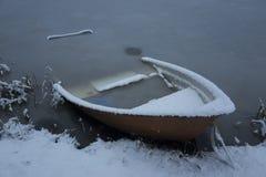 Foto piacevole dei dettagli della barca nevosa gelida congelata in lago in Svezia Scandinavia all'inverno Fotografia Stock