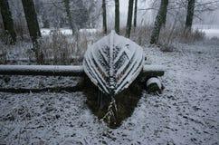 Foto piacevole dei dettagli della barca nevosa gelida su terra in Svezia Scandinavia all'inverno Fotografie Stock