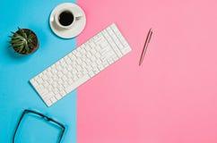 Foto piana di disposizione di uno scrittorio creativo dell'area di lavoro della donna delle free lance con il fondo dello spazio  Fotografia Stock