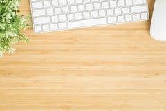 Foto plana de la endecha del escritorio de oficina con el ratón y el teclado, visión superior imágenes de archivo libres de regalías