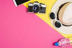 Foto plana de la endecha de la endecha del plano de los accesorios del ` s de la mujer, fondo colorido Imágenes de archivo libres de regalías