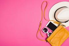 Foto plana de la endecha de la endecha del plano de los accesorios del ` s de la mujer, fondo colorido Foto de archivo libre de regalías