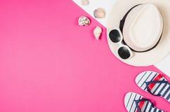 Foto plana de la endecha de la endecha del plano de los accesorios del ` s de la mujer, fondo colorido Fotografía de archivo libre de regalías