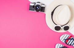 Foto plana de la endecha de la endecha del plano de los accesorios del ` s de la mujer, fondo colorido Foto de archivo