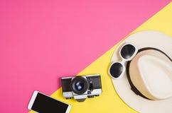 Foto plana de la endecha de la endecha del plano de los accesorios del ` s de la mujer, fondo colorido Fotos de archivo libres de regalías