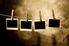 Foto polaroid sostenida por Clothespins Imagenes de archivo