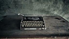 Foto polvorienta vieja blanco y negro de la máquina de escribir fotografía de archivo libre de regalías