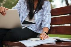 Foto potata della studentessa in camicia a strisce, lavorante con la l Immagine Stock