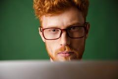 Foto potata di giovane uomo serio del readhead in vetri, lavorante Immagine Stock Libera da Diritti