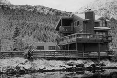 Foto preto e branco da construção pela água fotos de stock