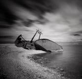 Foto preto e branco da destruição e da praia rochosa no mar Báltico, ambiente natural Imagem de Stock