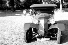 Foto preto e branco da parte dianteira histórica do carro Imagens de Stock