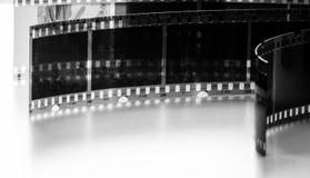 Foto preto e branco de negativos velhos em um fundo branco Fotos de Stock Royalty Free