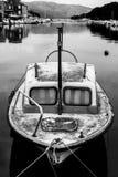Foto preto e branco de um barco pequeno e velho no porto de Hvar, Croácia imagem de stock royalty free