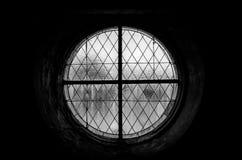 Foto preto e branco de um homem só perto de um industri abandonado imagens de stock
