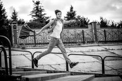 Foto preto e branco de um indivíduo com um saco da fôrma, correndo acima Fotografia de Stock Royalty Free