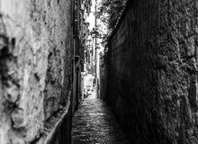 Foto preto e branco de uma rua estreita em Sorrento, Itália foto de stock royalty free