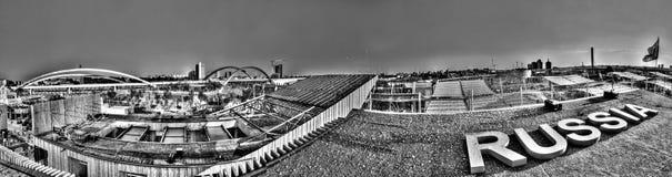 Foto preto e branco do panorama da vista da parte superior do grande pavilhão do russo na EXPO 2015 de Milão Fotografia de Stock