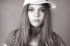 Foto preto e branco do vintage do te louro inocente bonito Fotografia de Stock Royalty Free