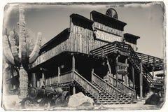 Foto preto e branco do vintage do Sepia do bar de madeira ocidental selvagem velho na cidade fantasma da mina de ouro da jazida d imagens de stock royalty free
