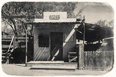 Foto preto e branco do vintage do Sepia da cadeia ocidental velha na cidade fantasma da mina de ouro da jazida de ouro em Youngsb fotografia de stock