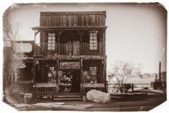 Foto preto e branco do vintage do Sepia da construção de madeira ocidental velha na cidade fantasma da mina de ouro da jazida de  imagens de stock