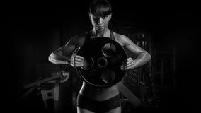 Foto preto e branco do woma novo seguro atlético do poder do ajuste imagens de stock