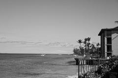 Foto preto e branco dos condomínios na praia fotografia de stock royalty free