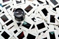 Foto que edita a lupa sobre a pilha de corrediças de película foto de stock