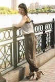 Foto que encanta a mujeres jovenes y de moda Foto de archivo libre de regalías