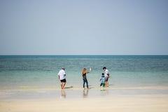 Foto que tira de la gente en la playa Imagenes de archivo