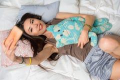 Foto que toma femenina joven feliz en el teléfono móvil Fotos de archivo libres de regalías