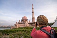 Foto que toma turística de la mezquita de Putra, Malasia Fotografía de archivo libre de regalías