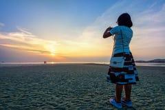 Foto que toma turística de la mujer en la playa Imagen de archivo