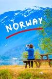 Foto que toma turística en el fiordo noruego Fotos de archivo libres de regalías