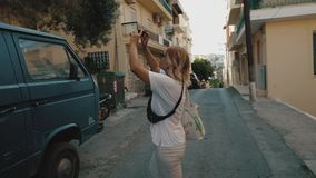 Foto que toma turística en la calle metrajes