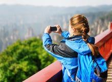 Foto que toma turística femenina de montañas escénicas Imagenes de archivo