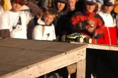 Foto - RC Auto, das sich vorbereitet zu springen Lizenzfreie Stockfotos