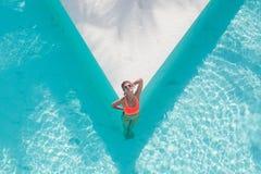 Foto a?rea da vista superior do modelo no roupa de banho brilhante que relaxa na associa??o do hotel durante seu fim de semana do imagens de stock