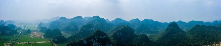 Foto a?rea del abej?n - monta?as y campos del arroz de Vietnam septentrional fotos de archivo