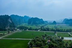 Foto a?rea del abej?n - monta?as y campos del arroz de Vietnam septentrional imagen de archivo libre de regalías
