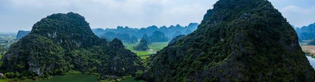 Foto a?rea del abej?n - monta?as y campos del arroz de Vietnam septentrional fotografía de archivo