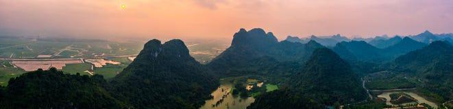 Foto a?rea del abej?n - monta?as y lagos de Vietnam septentrional en la puesta del sol fotografía de archivo
