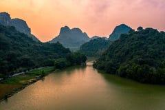 Foto a?rea del abej?n - monta?as y lagos de Vietnam septentrional en la puesta del sol imagenes de archivo
