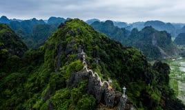 Foto a?rea del abej?n - mujer al lado de una capilla del drag?n encima de una monta?a en Vietnam septentrional Hang Mua imágenes de archivo libres de regalías