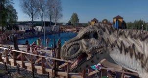 Foto a?rea del parque del dinosaurio de Yurkyn de los ni?os en Kirov Rusia metrajes