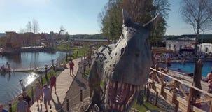 Foto a?rea do parque do dinossauro do Yurkyn das crian?as em Kirov R?ssia video estoque