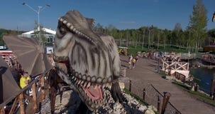 Foto a?rea do parque do dinossauro do Yurkyn das crian?as em Kirov R?ssia vídeos de arquivo