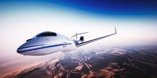 Foto realística do jato privado do projeto genérico branco que voa sobre as montanhas Céu azul vazio com o sol no fundo Fotos de Stock Royalty Free