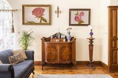 Foto real de um armário antigo com decorações da porcelana, pai imagens de stock royalty free